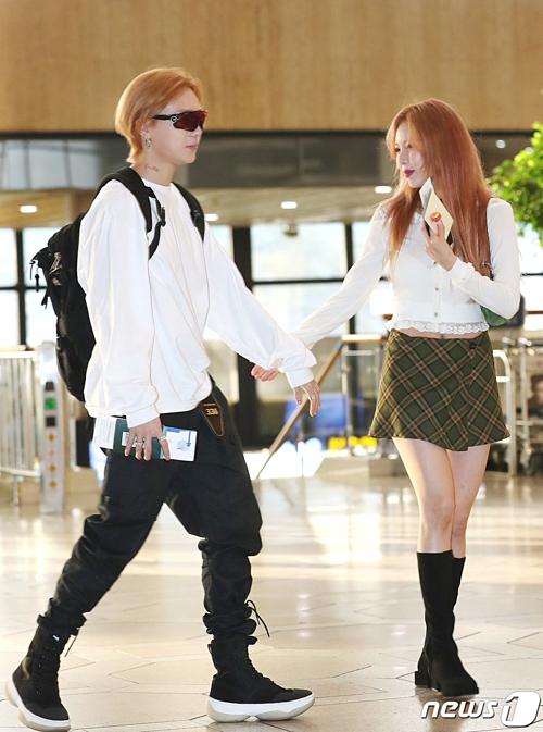 Hai ca sĩ có cùng màu tóc cam đồng điệu, diện trang phục thoải mái. Hyun Ah cười ngại ngùng khi bắt gặp phóng viên tại sân bay.