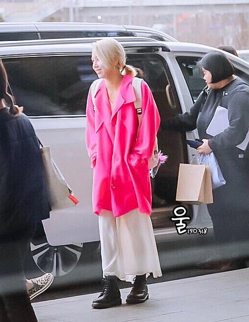 Em út Chae Young luôn là thành viên có gu độc đáo nhất trong Twice. Nữ ca sĩ kết hợp áo khoác hồng, quần ống rộng trắng, boots hầm hố. Chae Young luôn là người có style phóng khoách, chịu chơi trội.