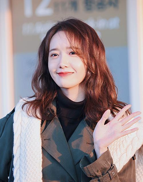Yoona (SNSD) xếp ở vị trí thứ 4. Cô nàng là thần tượng thế hệ 2 duy nhất có mặt trong danh sách. Sau nhiều năm trong nghề, Yoona vẫn duy trì phong độ nhan sắc của visual tường thành.