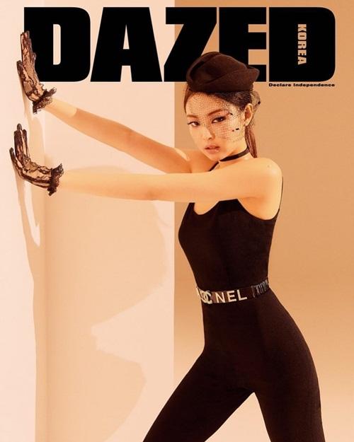 Jennie khoe body không mỡ thừa trong bộ đồ bó sát của Chanel.