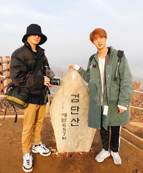 Jin và Jung Kook rủ nhau đi leo núi. Em út BTS