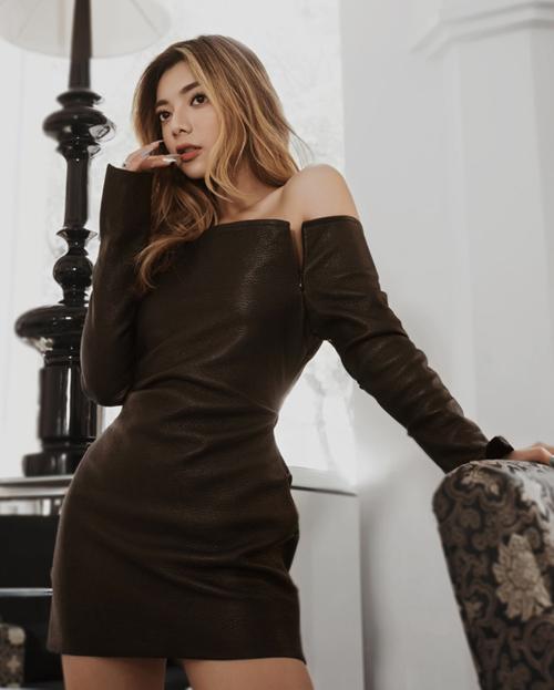 Mỹ nhân 9x ưu tiên những bộ váy ôm sát gợi cảm khi đi sự kiện với tông màu trung tính như đen, xám, khoe triệt để vòng một, eo thon và đôi chân săn chắc.