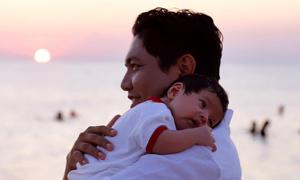 Thanh Thúy đưa con một tháng tuổi ra đảo thăm chồng