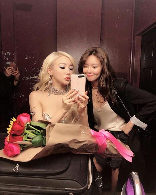 Tiffany cảm động khi được Soo Young mang hoa đến chúc mừng buổi diễn ở Los Angeles.