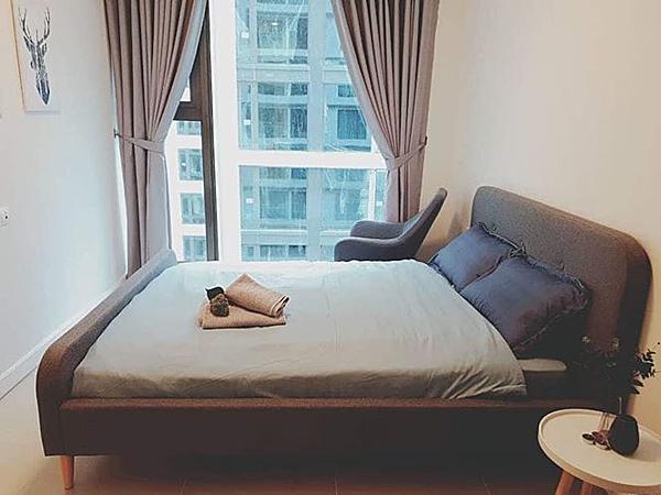 Phòng ngủ sử dụng tông màu trầm. Ngô Thanh Vân đầu tư sẵn chiếc ghế để có thể ngồi đọc sách và ngắm nghía không gian bên ngoài.