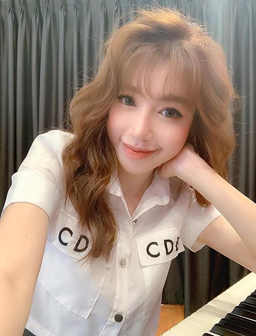 Elly Trần xinh như teen girl với kiểu tóc bông xù sư tử.