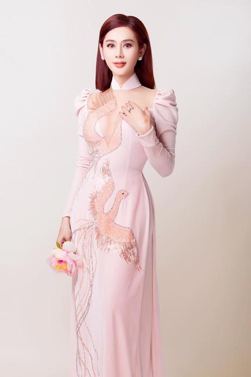 Lâm Khánh Chi dịu dàng trong bộ áo dài hồng.
