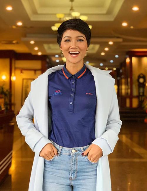 HHen Niê rạng rỡ ra Hà Nội nhận giải 1 trong 10 thanh niên tiêu biểu 2018.