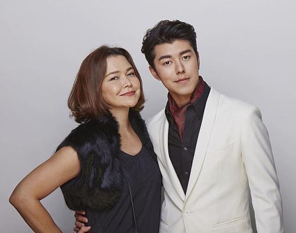 Khi Nine tham gia vào showbiz, với vai trò là một đàn chị của giới giải trí, nữ diễn viên Moo Pimpaka giúp con trai rất nhiều trong các hoạt động quảng bá.