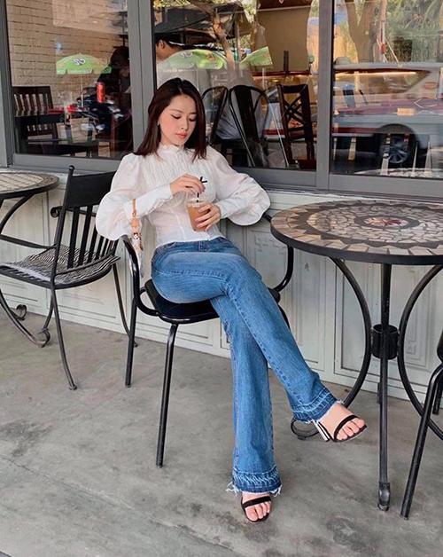 Bộ sưu tập quần jeans của Chi Pu cũng chủ yếu đến từ các thương hiệu nội địa. Chiếc quần skinny ống loe giá 500k được cô nàng kết hợp cùng áo sơ mi trắng rất điệu giá 990k.