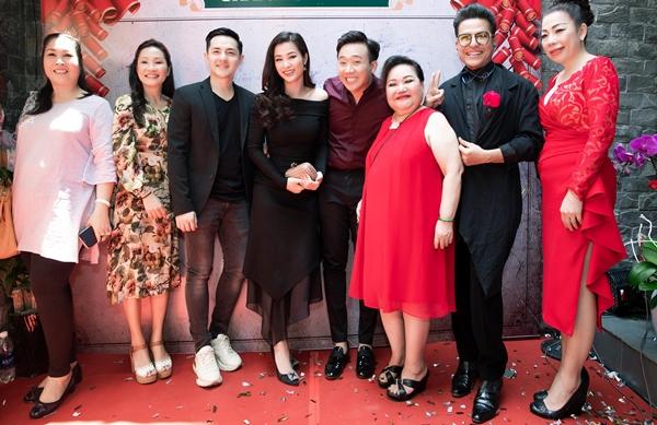Đến chúc mừng em gái Trấn Thành làm bà chủ có nhiều nghệ sĩ thân thiết như NSND Ngọc Giàu, Hồng Vân, Hồng Đào, Thanh Bạch, NTK Linh San...