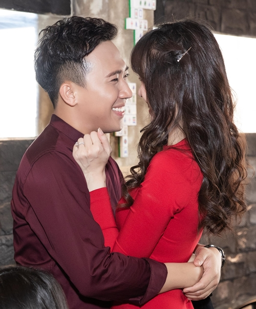 Ngày 18/3, Trấn Thành cùng vợ Hari Won đến chúc mừng em gái ruột của nam danh hài khai trương một nhà hàng ẩm thực. Hari Won diện bộ cánh đỏ ôm sát khoe eo thon. Cả hai liên tục trao ánh nhìn tình tứ.