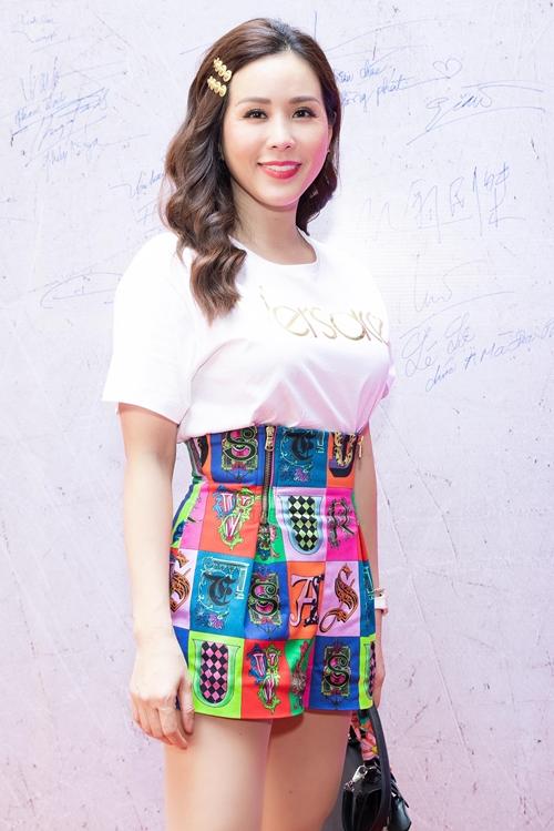 Hoa hậu Thu Hoài diện đồ trẻ trung.