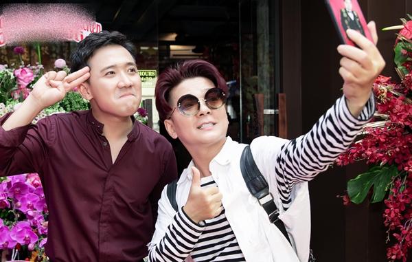 Ca sĩ Vũ Hà nhí nhảnh selfie cùng Trấn Thành.