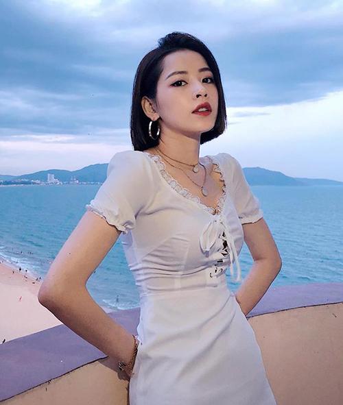 Nổi tiếng là fashion icon của Vbiz, Chi Pu có cách mua sắm rất thông minh. Cô nàng đầu tư tiền bạc cho những món phụ kiện giúp tăng đẳng cấp như túi xách, giày dép, thắt lưng. Với trang phục diện hàng ngày, người đẹp thường tìm đến những thương hiệu thiết kế Việt dành cho giới trẻ.
