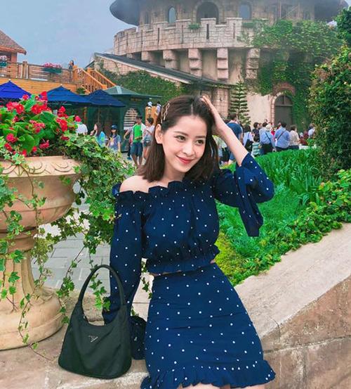 Vì chỉ mặc 1-2 lần để chụp hình nên Chi Pu không tốn nhiều chi phí cho trang phục. Cách mix thông minh giúp nữ ca sĩ luôn rất nổi bật.