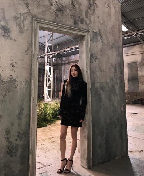 Dara thể hiện khí chất như siêu mẫu với cặp chân gầy guộc.