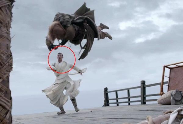 Người đóng thế cho Lý Đông Học (đóng vai Trương Thúy Sơn) cũng bị lộ mặt trong một cảnh đấu võ với nhân vật Tạ Tốn.