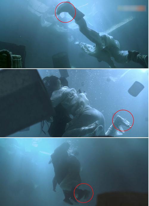 Cảnh Trương Thúy Sơn cứu Ân Tố Tố bị rơi xuống nước, đôi giày của Trương Thúy Sơn cứ tuột ra rồi lại đi vào.