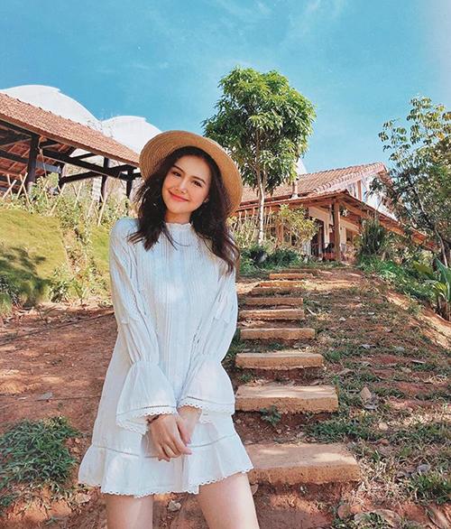 Phanh Lee xinh như búp bê trong bộ váy trắng.
