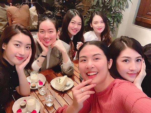 Ngọc Hân đón sinh nhật bên những người bạn thân gồm toàn mỹ nhân Hà thành.