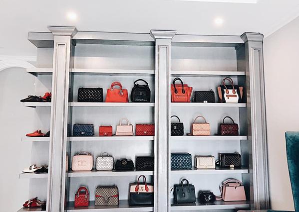 Những mẫu túi, đôi giày hàng hiệu đắt tiền đều được Bảo Thy bày biện trang trọng.