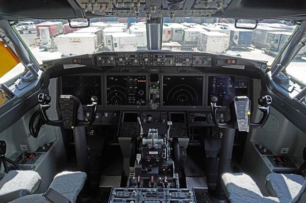 Buồng lái của Boeing 737 MAX 8. Ảnh:Bloomberg