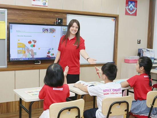 Apax English- Apax Leaders với phương pháp ESL- dạy tiếng Anh như một ngôn ngữ thứ hai thay vì là ngoại ngữ.