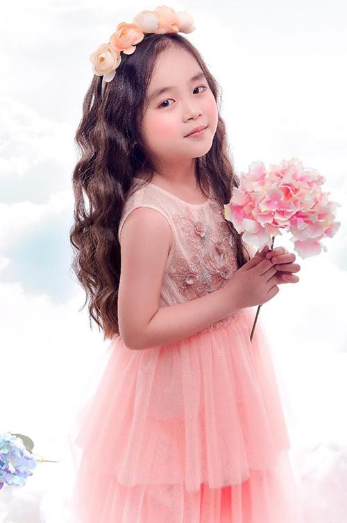 Châu Giang là một trong những gương mặt được đánh giá cao tại buổi casting cho show. Mới 6 tuổi, cô nhóc đã sớm nổi bật với vẻ ngoài xinh xắn cùng khả năng catwalk tốt. Châu Giang từng đăng quang The Best Style Fashion tại Fashion Week 4 Little và có cơ hộiđứng chung sân khấu với Erik.