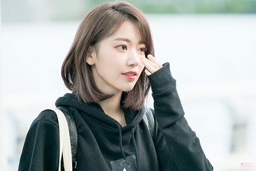 Cô nàng gây sốt khi xuất hiện ở sân bay với mái tóc vén một bên, phần mái chải lệch đậm phong cách Kpop. Dù là người Nhật, Sakura được đánh giá là có khuôn mặt hợp với phong cách make up, kiểu tóc của Hàn.