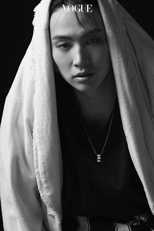 JB (GOT7) siêu ngầu trong bộ ảnh đen trắng của Vogue.