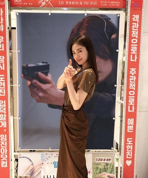 Nana tạo dáng ngắm bắn vừa xinh vừa ngầu trong buổi họp báo ra mắt phim mới Kill It.