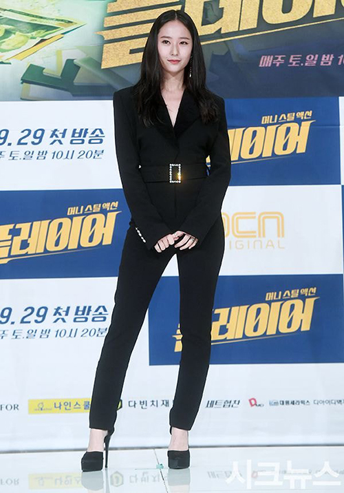 Khí chất girl crush tiếp tục được Krystal thể hiện rõ trong một buổi ra mắt phim. Cô thích diện suit với phần áovừa vặn, ôm khít, quần có độ suông nhẹ, tạo cảm giác cao hơn và gầy hơn.