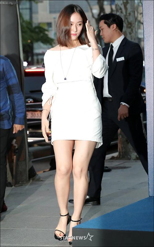 Tham dự một sự kiện của thương hiệu đồng hồ vào đầu năm 2018, Krystal lộ rõ thân hình tăng cân với vòng hai thiếu đường cong. Cô nàng chọn mặc một thiết kế váy ngắn bó sát.