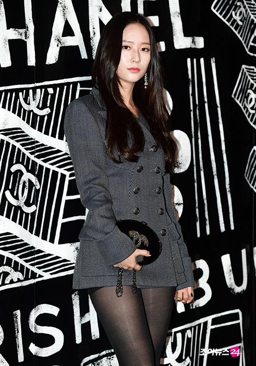 Krystal xách túi cùng thương hiệu để tăng độ sang trọng. Thiết kế này không chỉ giúp Krystal trông gọn gàng hơn mà còn phù hợp với vẻ ngoài rất men của cô nàng.