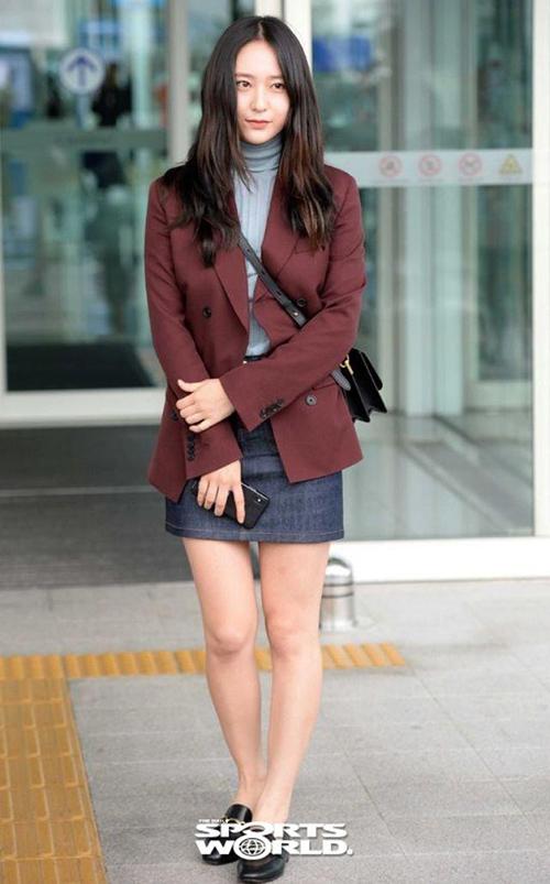 Hồi tháng 9 năm ngoái, Krystal ra sân bay sang Italy dự Milan Fashion Week. Bộ cánh khi di chuyển của cô nàng trông trẻ trung như sinh viên.