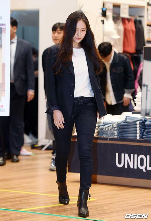 Dù mặc set đồ đơn giản như khi dự sự kiện Uniqlo mới đây, nữ idol vẫn thu hút ánh nhìn.