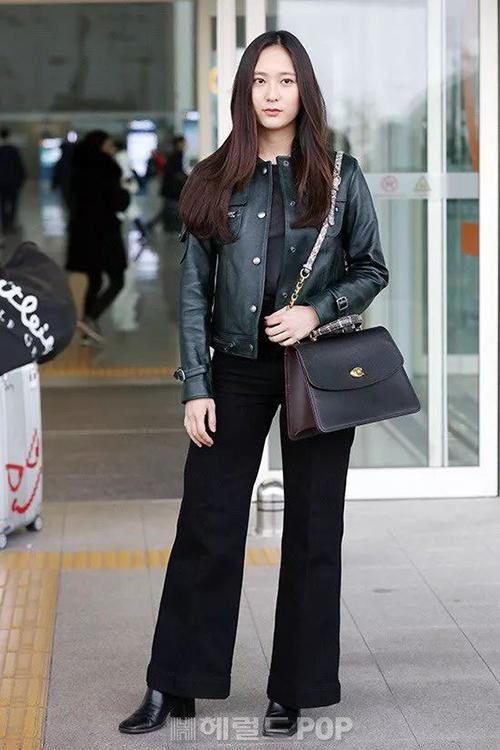 Ít hoạt động giải trí nhưng Krystal vẫn đắt show thời trang, chứng minh là cái tên được nhiều thương hiệu chọn mặt gửi vàng. Tháng 2 năm nay, cô nàng ra sân bay với bộ đồ đen cả cây giúp vóc dáng thon gọn hơn.
