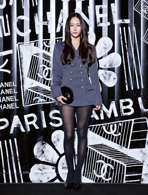 Với lối ăn mặcthanh lịch, trong năm qua, Krystal hầu như chỉ trung thành với các gam trung tính như đen, trắng, xám. Trong buổi tiệc của Chanel, cô nàng được khen khi mặc vest giả váy ngắn cũn, kết hợp cùng tất đen mỏng.