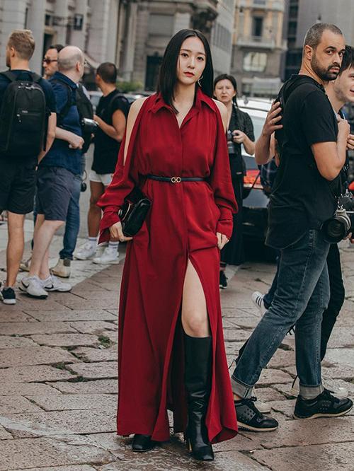 Cùng ngày, người đẹp phủ sóng mặt báo nhờ bộ cánh đỏ rực nổi bật tại show Salvatore Ferragamo. Nữ idol diện chiếc váy giá 75 triệu đồng của hãng, thiết kế với đường xẻ tà cao tạo cảm giác chân dài hơn.