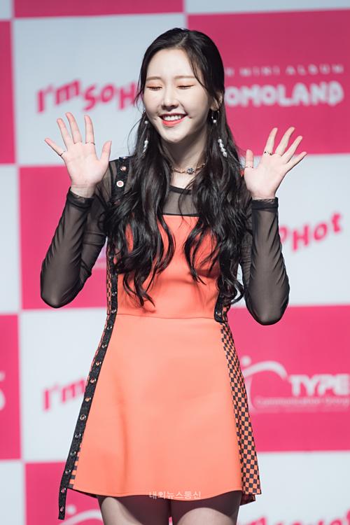 Na Yoon tạo dáng đáng yêu chào khán giả và phóng viên.