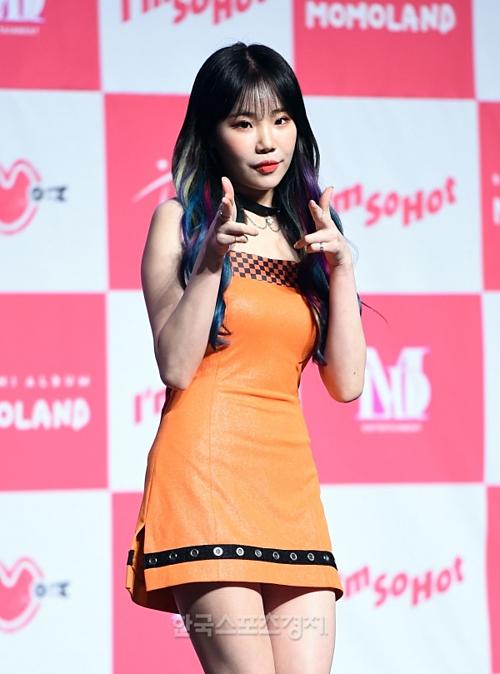 JooE gây ấn tượng với kiểu tóc highlight nhiều màu. Cô từng được nổi tiếng với biệt danhidol xấu nhất lịch sử Kpop.