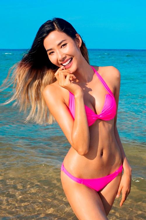 2015, sau hơn banăm tập luyện, Hoàng Thùy lần đầu phô diễn cơ thể săn chắc trên bãi biển. Nhiều người bất ngờ với vóc dáng đẫy đà, nóng bỏng của người đẹp xứ Thanh.