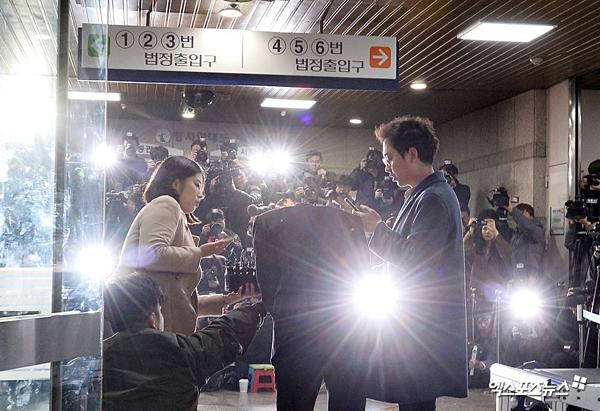 Phóng viên đã đưa ra nhiều câu hỏi khác nhau nhưng Jung Joon Young chỉ cúi đầu và im lặng..