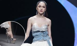 Hương Giang đi giày 25 cm, tung váy điệu nghệ khi làm vedette