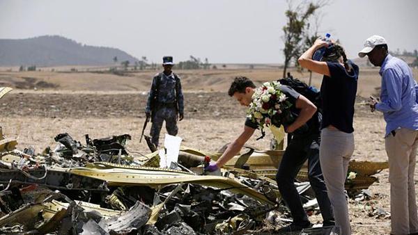 Người thân của các nạn nhân đặt hoa tại hiện trường vụ rơi máy bay ở Ethiopia. Ảnh: Reuters