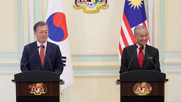 Tổng thống Hàn bị chỉ trích vì...chào buổi tối sai ở Malaysia - 1