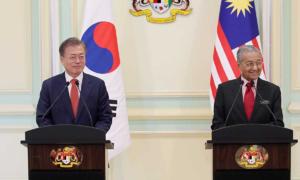 Tổng thống Hàn bị chỉ trích vì 'chào buổi tối' sai ở Malaysia