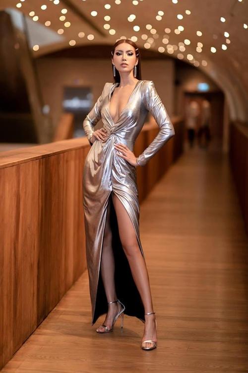 Minh Tú tham dự một sự kiện về công nghệ vào ngày 22/3 tại TP HCM. Người đẹp diện thiết kế xẻ ngực sâu khoe vòng một quyến rũ. Đôi chân dài cũng được khoe triệt để với chi tiết xẻ đùi cao vút.