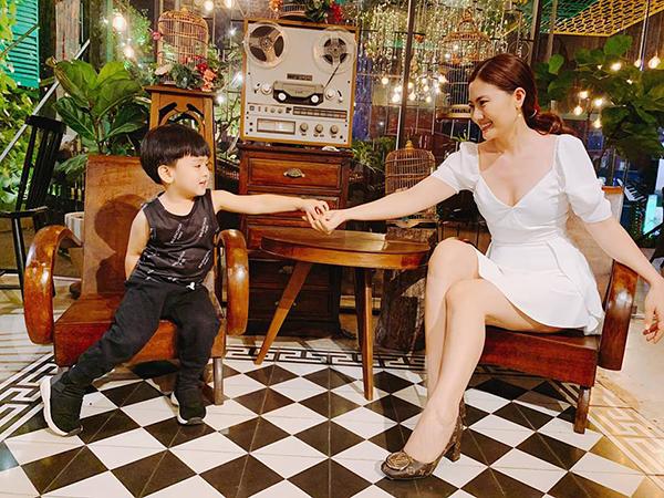 Ngọc Lan dẫn con trai đi chơi. Cậu bé quấn quýt mẹ không rời.